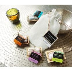 Assortiment de 4 mini-savons ayurvédiques dans un pochon en lin
